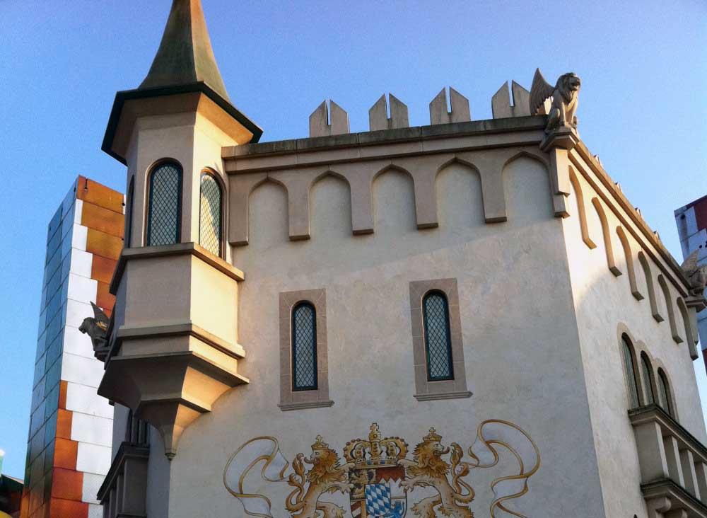 Réalisation des volumes pour le restaurant King Castle à Disney village en polystyrène + résine projetée.