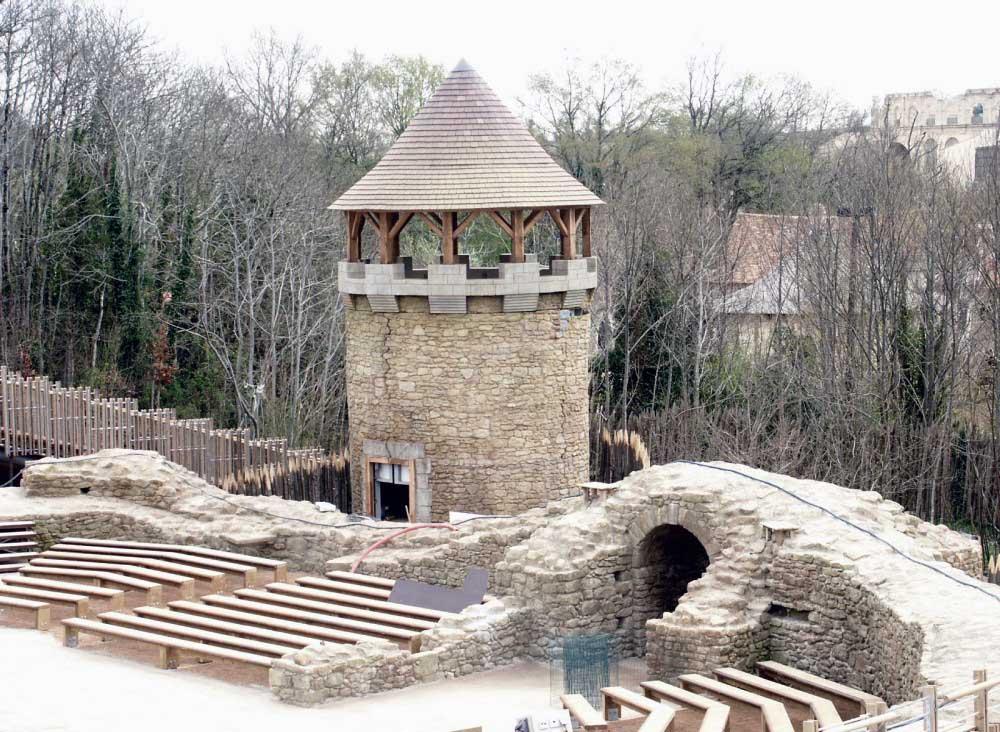 Réalisation d'un pigeonnier pour le Puy du Fou en polystyrène + résine pour les créneaux et le toit, moulage en résine pour la façade.