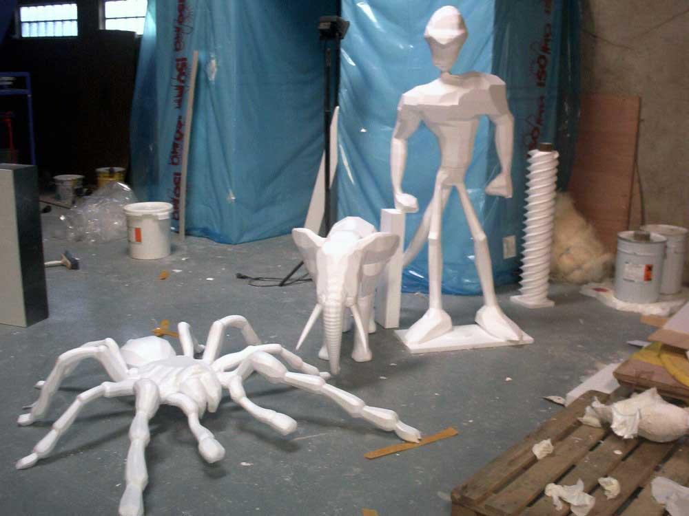 Découpe de polystyrène d'ébauches de sculpture.