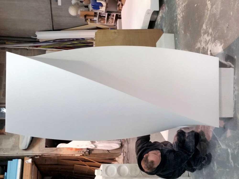 Forme torsadée découpée dans du polystyrène.
