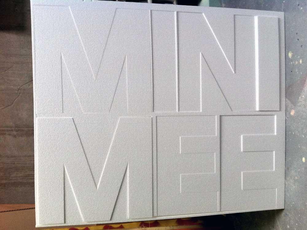 Découpe au fil chaud de lettres en polystyrène.