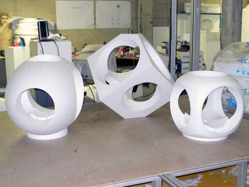 Découpe de polystyrène de sculptures pour l'artiste Yom.