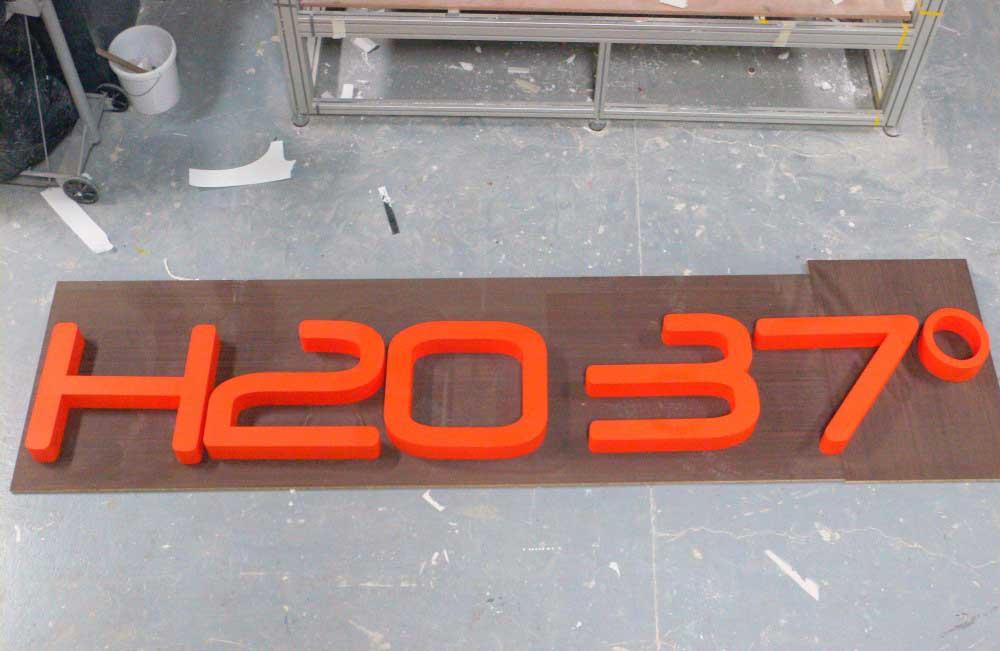 Découpe de lettrages en polystyrène du logo H2037.