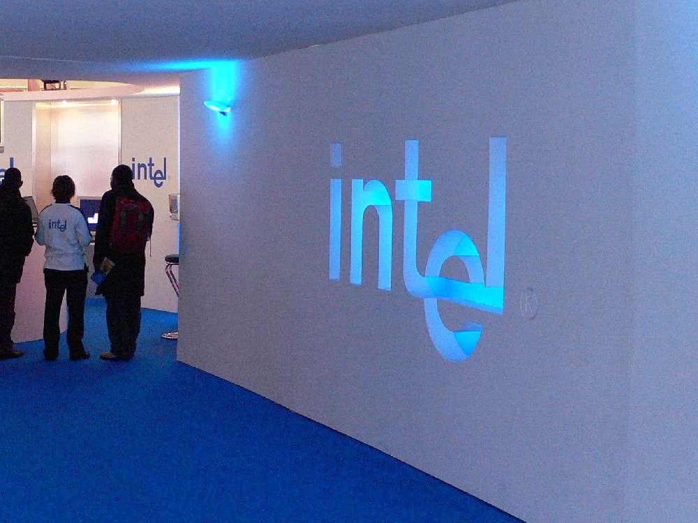 Découpe du logo Intel en polystyrène.
