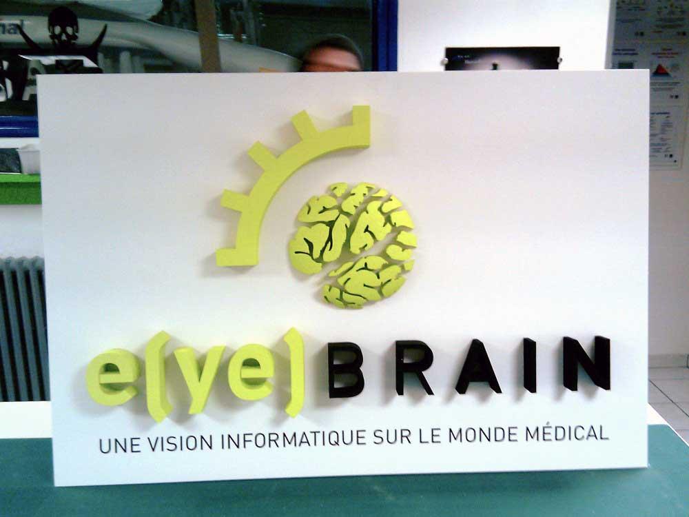 Conception et découpe du logo Eyebrain en polystyrène.