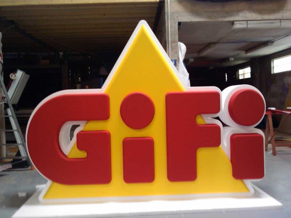 Découpe du logo GIFI en polystyrène.