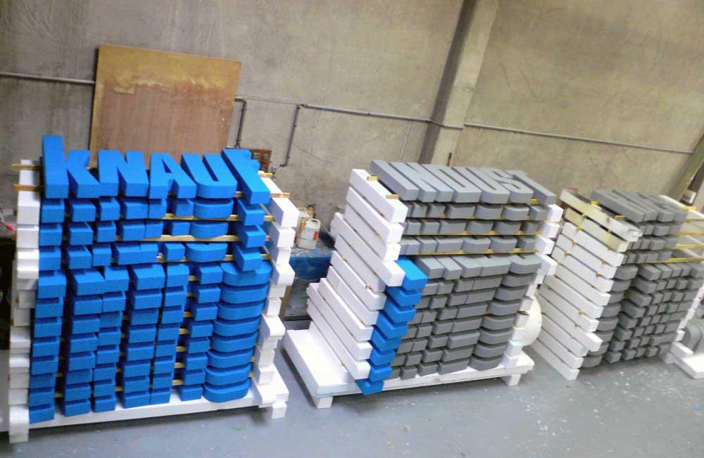 Découpe de lettres en polystyrène pour les enseignes de la société Knauf Industries.
