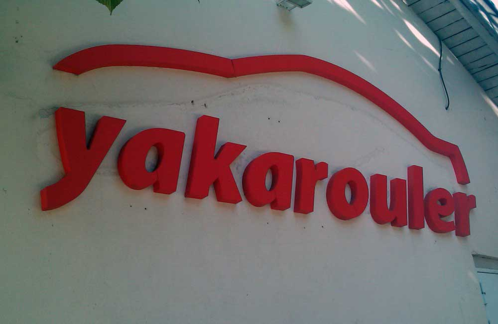 Découpe de lettres en polystyrène du logo YAKAROULER.