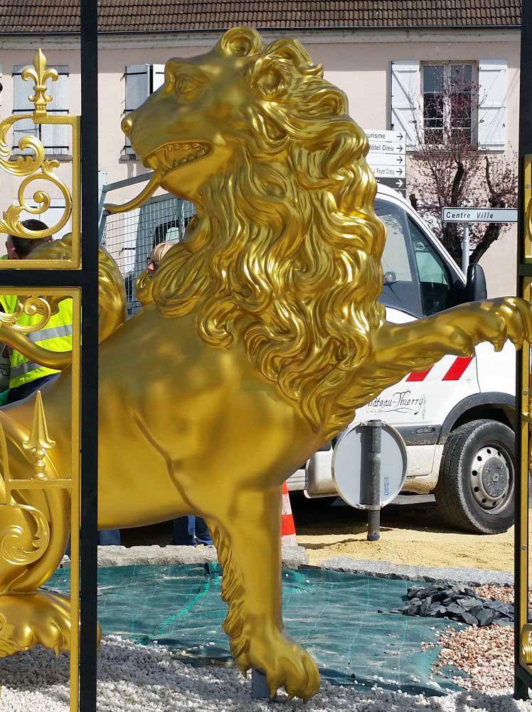 Le lion de Château-Thierry après peinture et vernis.