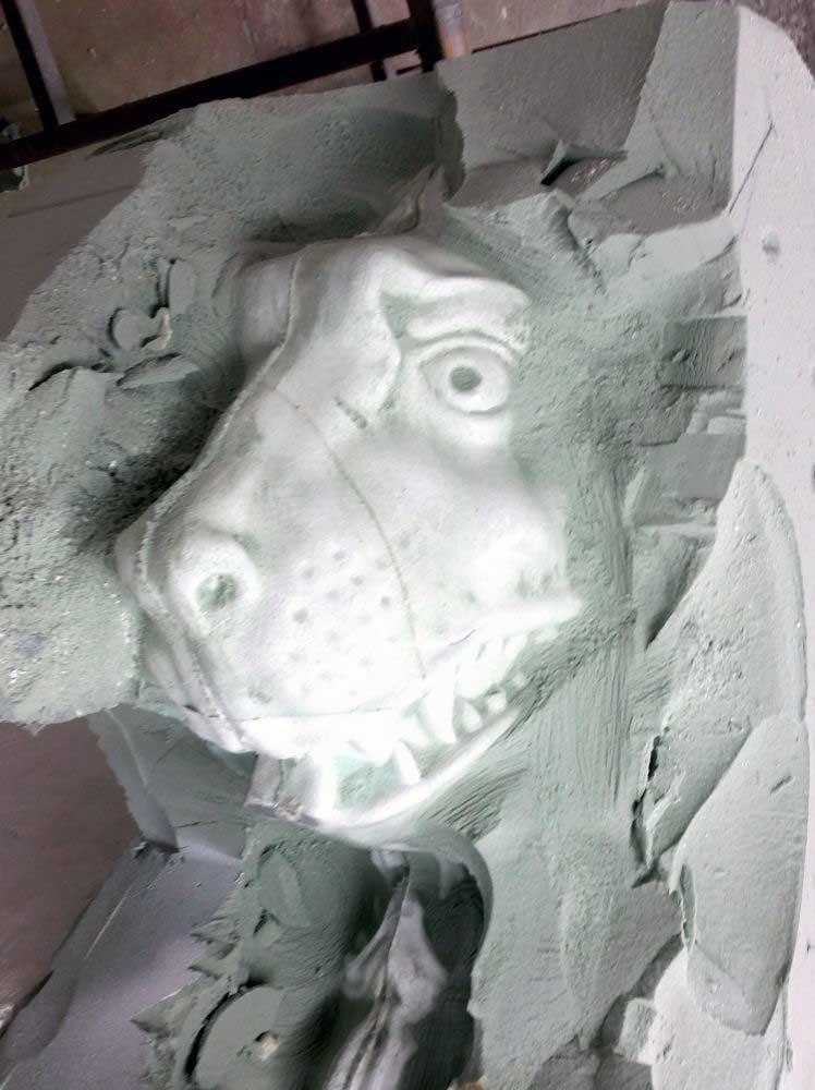 Destruction d'un moule perdu en mousse polyuréthane du lion de Château-Thierry.