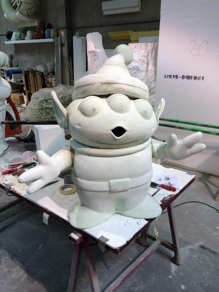 Tirage en résine polyester dans un moule perdu en mousse polyuréthane d'un personnage Toy Story.
