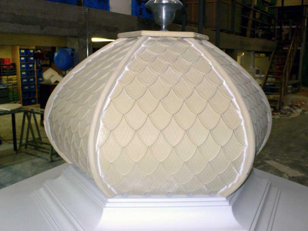 Tirage en résine polyuréthane dans un moule en silicone d'un toit d'une colonne Morris.