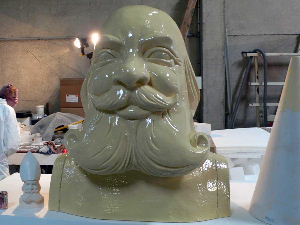Projection de résine polyuréthane sur une sculpture en polystyrène