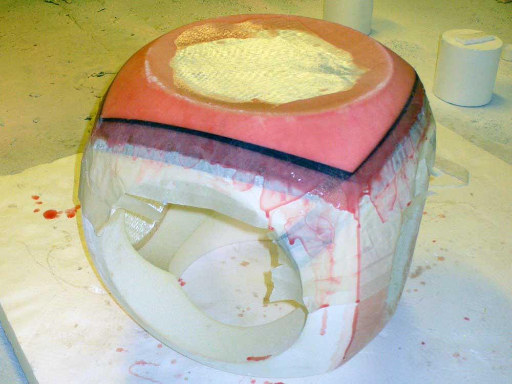 Stratification époxy sur une sculpture en polystyrène de l'artiste Yom