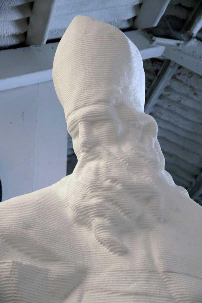Usinage 3D d'une ébauche d'une sculpture de Saint-Augustin en polystyrène.