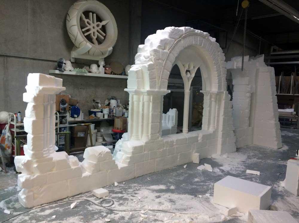 Sculpture de ruines pour le Puy du Fou en polystyrène à l'aide d'usinage 3D et découpe numérique de polystyrène.
