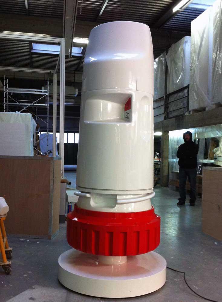 Fabrication d'un médicament surdimensionné en polystyrène usiné + résine projetée
