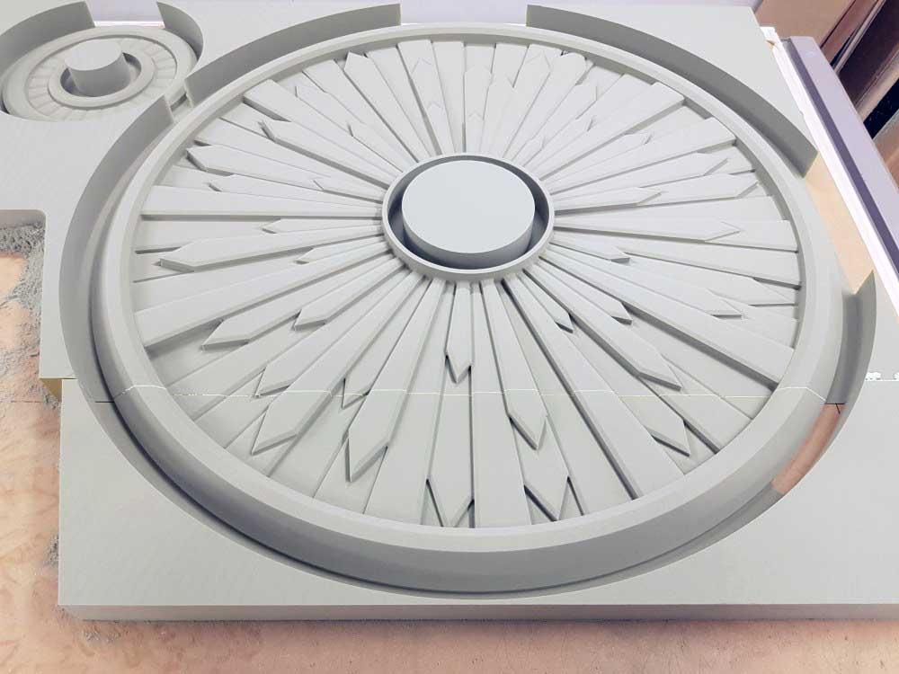 Usinage 3D de mousse polyuréthane d'un modèle de lampe.