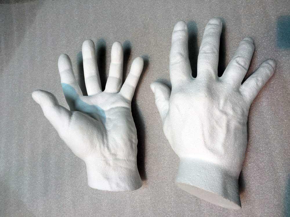 Mains usinées en polystyrène expansé.