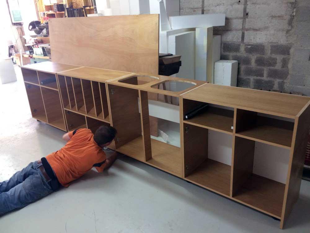 Conception de mobilier et usinage 2D de bois pour une boutique.
